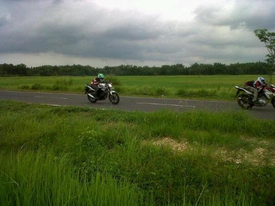 CB150R vs New Vixion @Suramadu gambar nyolong dari fesbuknya Intruktur ane pas di YES dulu :D
